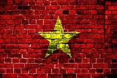 Bandeira nacional de Vietname em um fundo do tijolo fotos de stock royalty free