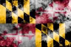 A bandeira nacional do estado de E.U. Maryland dentro contra um fumo cinzento no dia da independência em cores diferentes de verm ilustração royalty free
