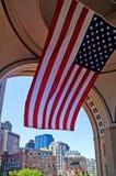 Bandeira nacional e arquitectura da cidade de Boston foto de stock