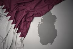 Bandeira nacional e mapa coloridos de ondulação de qatar foto de stock royalty free