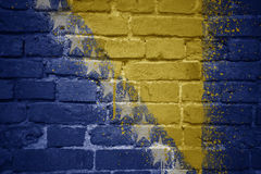 Bandeira nacional pintada de Bósnia e de Herzegovina em uma parede de tijolo Fotografia de Stock