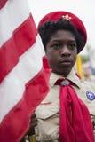 Bandeira no evento 2014 solene de Memorial Day, cemitério nacional dos E.U. da exposição de Boyscout do afro-americano de Los Ang imagem de stock royalty free
