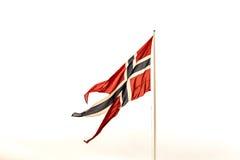 Bandeira norueguesa em um mastro de bandeira, fundo branco do céu Fotos de Stock
