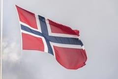 Bandeira norueguesa na cimeira da montanha Bergen de Fløyen foto de stock royalty free