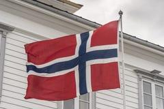 Bandeira norueguesa na cimeira da montanha Bergen de Fløyen fotografia de stock royalty free