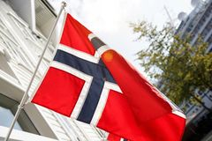 Bandeira norueguesa outdoor Dia ensolarado ilustração royalty free