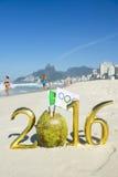 Bandeira olímpica na mensagem 2016 dourada do coco Fotos de Stock