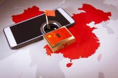 Bandeira padlock, de China em um smartphone e em um mapa de China Grande guarda-fogo do conceito de China imagem de stock royalty free
