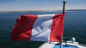 Bandeira peruana no lago Titicaca, região de Puno, Peru filme