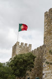 Bandeira portuguesa no Sao Jorge de Castelo em Lisboa Imagens de Stock