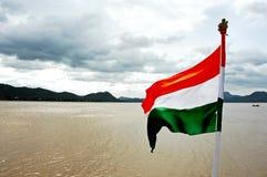 Bandeira que voa perto do lago Fotos de Stock