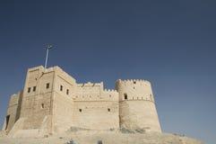 Bandeira que voa sobre o forte de Fujairah foto de stock