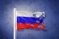 Bandeira rasgada do voo de RÚSSIA contra o fundo do grunge imagens de stock