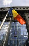 Bandeira romena na frente do parlamento da UE Fotografia de Stock