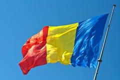 Bandeira romena que acena no vento Fotografia de Stock Royalty Free