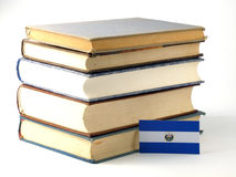 Bandeira salvadorenha do EL com a pilha dos livros isolados no backgrou branco Imagens de Stock Royalty Free