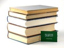 Bandeira saudita com a pilha dos livros isolados no backgrou branco Fotografia de Stock