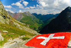 Bandeira suíça com o vale da doninha de Val em Switzerland Fotografia de Stock Royalty Free