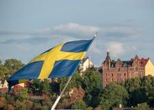 Bandeira sueco com o Södermalm no fundo foto de stock