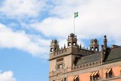 Bandeira sueco no telhado da casa velha em Éstocolmo Fotos de Stock Royalty Free