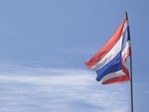 Bandeira tailandesa de Tailândia com céu azul Imagem de Stock