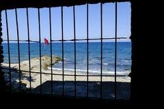 Bandeira turca atrás das barras fotografia de stock royalty free