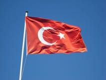 Bandeira turca e céu azul Imagens de Stock Royalty Free