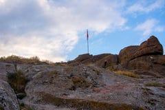 Bandeira turca que aumenta sobre o castelo de Afyonkarahisar Imagens de Stock Royalty Free