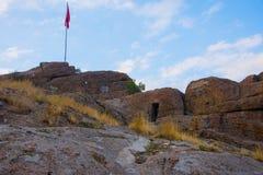 Bandeira turca que aumenta sobre o castelo de Afyonkarahisar Imagens de Stock