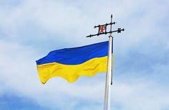 Bandeira ucraniana contra o céu azul Fotografia de Stock Royalty Free