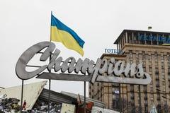 """Bandeira ucraniana em um fundo da inscrição """"campeões"""" Imagem de Stock Royalty Free"""