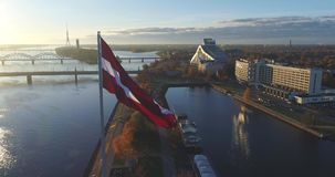 Bandeira velha do tempo do dia de Autumn Drone Flight da cidade da cidade de Riga para baixo video estoque