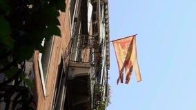 Bandeira Venetian que acena no vento no mastro de bandeira em uma cidade de Veneza Vibrações da bandeira video estoque