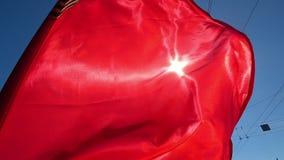 Bandeira vermelha de pano ou de seda que acena no vento Fundo do feriado filme