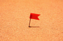 Bandeira vermelha do post-it fixada na placa da cortiça Foto de Stock Royalty Free