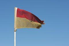 Bandeira vermelha e amarela velha do Lifeguard Fotografia de Stock
