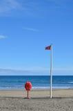 Bandeira vermelha e boia salva-vidas Fotos de Stock
