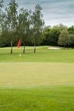 Bandeira vermelha em um campo de golfe Fotos de Stock