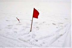 Bandeira vermelha na perspectiva da neve, inverno, traços, a fotografia de stock royalty free