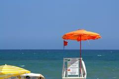 Bandeira vermelha na torre da salva-vidas da praia Fotografia de Stock Royalty Free