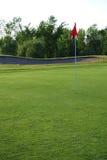 Bandeira vermelha no campo de golfe Imagens de Stock Royalty Free