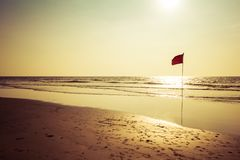 Bandeira vermelha no oceano Bandeira vermelha de advert?ncia imagem de stock