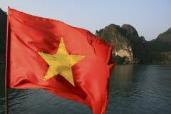 Bandeira vietnamiana no louro de Halong Fotografia de Stock Royalty Free