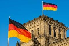 Bandeiras alemãs no Reichstag Foto de Stock