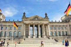 Bandeiras alemãs que acenam no vento na construção de Reichstag, assento do parlamento alemão Deutscher Bundestag, em um dia enso Imagens de Stock Royalty Free