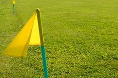 Bandeiras amarelas na grama verde de um campo de ação do futebol Imagens de Stock