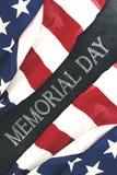Bandeiras americanas com o Memorial Day escrito no quadro Fotografia de Stock Royalty Free