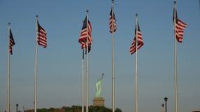 Bandeiras americanas e estátua da liberdade foto de stock