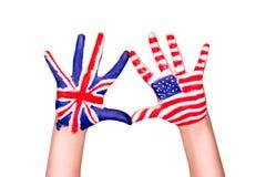 Bandeiras americanas e inglesas nas mãos. Imagens de Stock Royalty Free