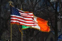 Bandeiras americanas e irlandesas foto de stock